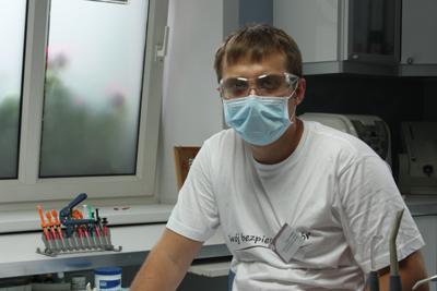 Praktykant Mariusz Wróbel po III roku studiów - podczas pracy