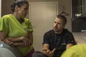 dr Ewa Ziemba-Popławska i dr Tomasz Cegielski konsultują ciekawy przypadek implantologiczny