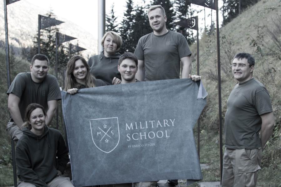 Zespół adeptów Military School z flagą