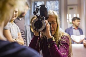 Dr Agata Gadowicz wykonuje zdjęcie portretowe pacjenta