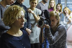 Dr Anna Łosińska-Binek wykonuje zdjęcie portretowe naszej koleżanki