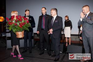 dr Magdalena Żywicka z kwiatami dla dr Jerzego Perendyka